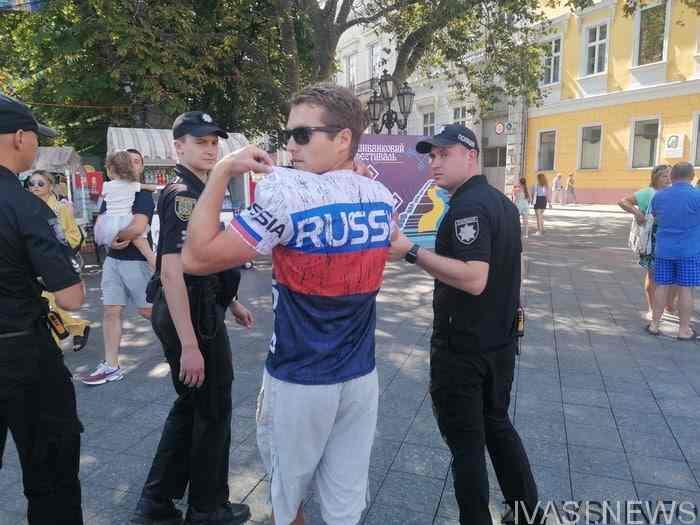"""ოდესაში ამერიკელი ტურისტი დააკავეს: """"რუსეთი რომ არა, უკრაინულად კი არა, გერმანულად ილაპარაკებდით ახლა! რასისტებო!"""""""
